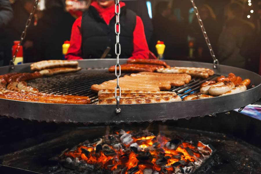shutterstock_738071968_Christmas-market-food.-Grilling-typical-German-sausages-in-a-Xmas-fair-in-Hamburg_900x600