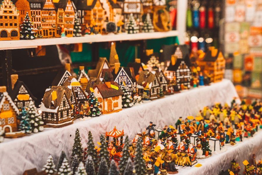 kleine Deko-Häuser auf dem Weihnachtsmarkt Frankfurt