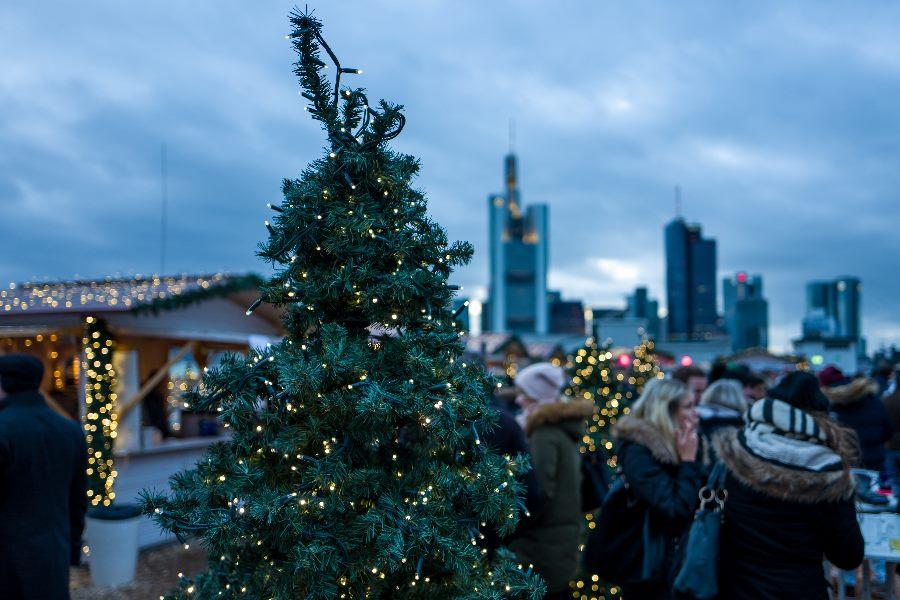 Weihnachtsmarkt über den Dächern von Frankfurt