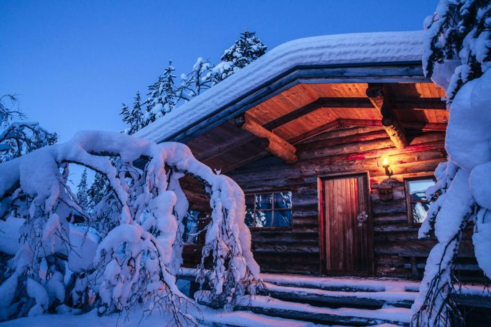 Kakslauttanen-log-cabin-evening-e1542289389201