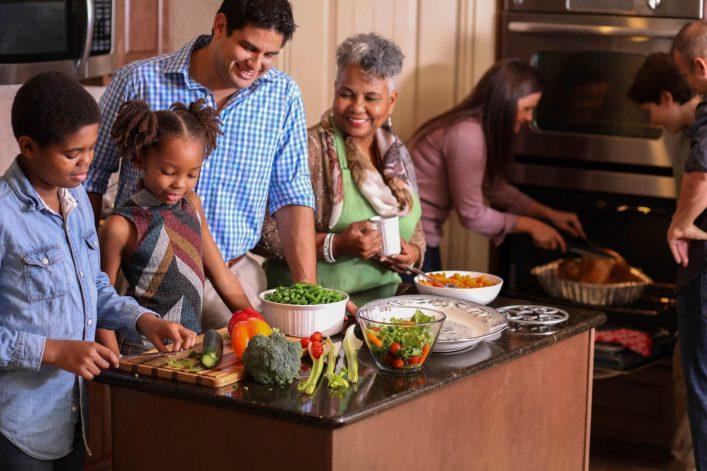 Thanksgiving-mit-Familie-iStock-1043648678