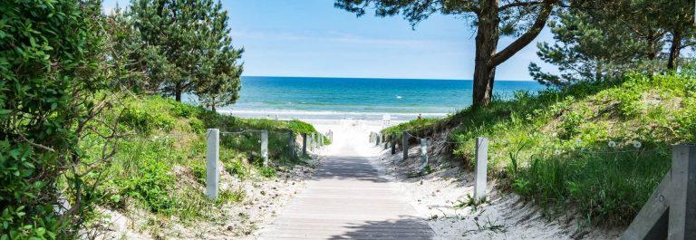 Weg-zum-Strand-in-Binz-auf-Ruegen-an-der-Ostsee-iStock-985762928-1