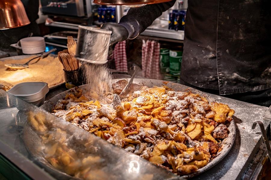 Kaiserschmarrn an einem Stand auf dem Adventmarkt im Franziskischlössl