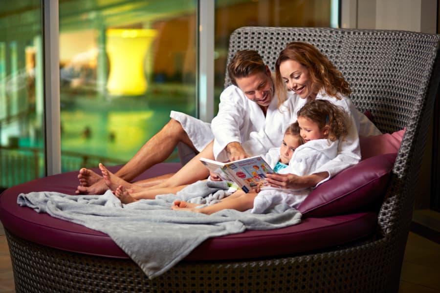 Eine Familie entspannt auf der Familienoase