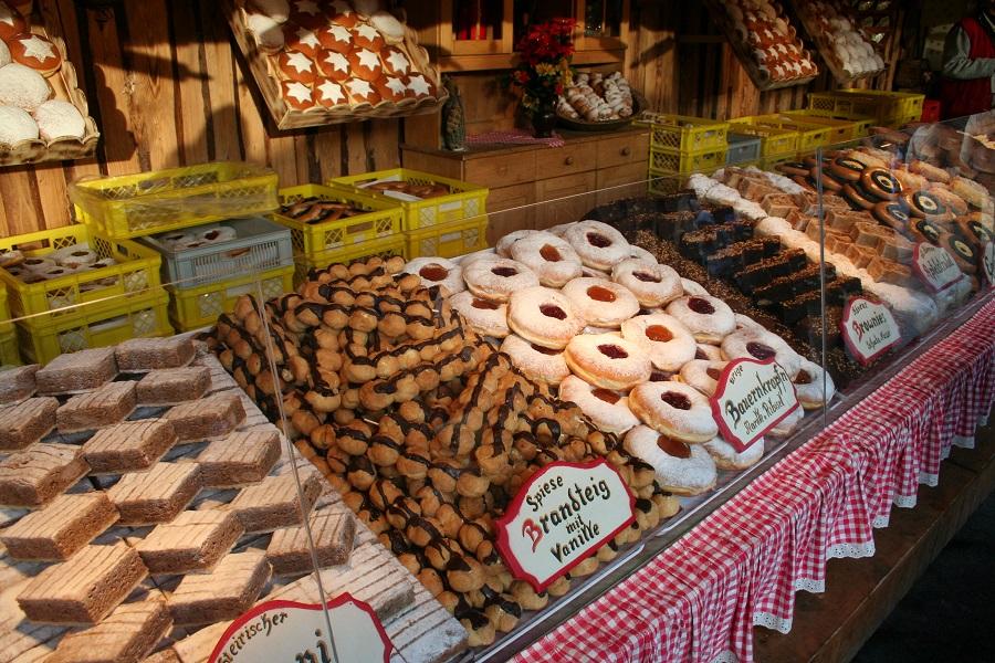 Martkstand mit Süßigkeiten auf dem Weihnachtsmarkt auf der Hungerburg