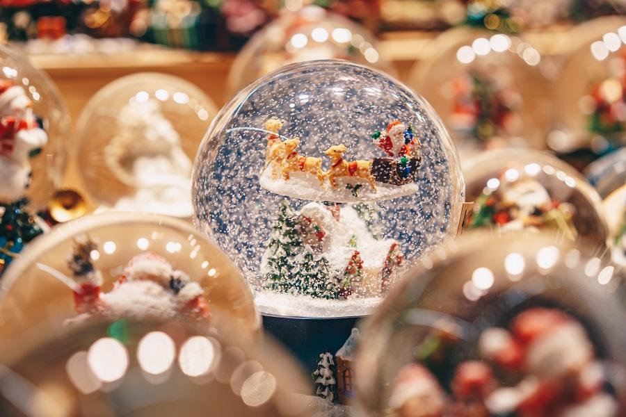 Eine Schneekugel an einem Stand auf dem Goldegger Adventmarkt
