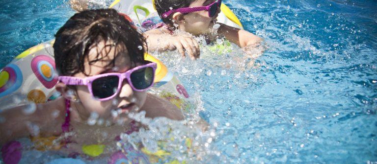 sunglasses-1284419_1920-kinder-urlaub-sommer-schwimmen-pool