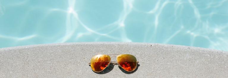 sunglasses-1850648_1920-pool-sommer-schwimmbad-urlaub-sonnenbrille