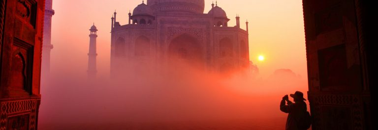 Taj-Mahal-in-Indien-bei-Sonnenaufgang-iStock-689331314