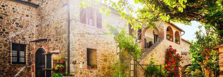Traditional-Italian-villa-Tuscany-Italy-shutterstock_220816294-2