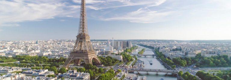 Luftaufnahme-von-Paris-mit-Eiffelturm-bei-Sonnenuntergang-iStock-977164386