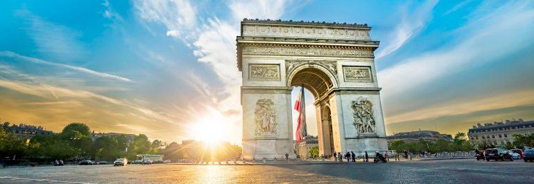 Paris-Arc-de-Triomphe-Triumphbogen-in-Chaps-Elysees-bei-Sonnenuntergang-Paris-Frankreich.-Architektur-und-Wahrzeichen-von-Paris.-Postkarte-von-Paris-iStock-924072494