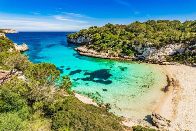Aussicht-auf-Cala-Llombards-Strand-Bucht-auf-der-Insel-Mallorca-iStock-950826374
