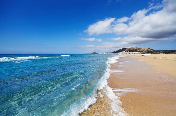 Golden-Beach-auf-der-Halbinsel-Diskarpaz-im-Norteil-auf-Zypern-shutterstock_283098791