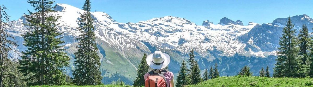 Frau mit Hut in den Bergen am Millstätter See