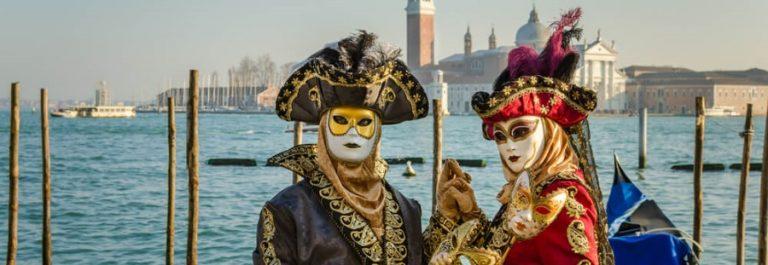 Karneval in Venedig mit bunten Figuren