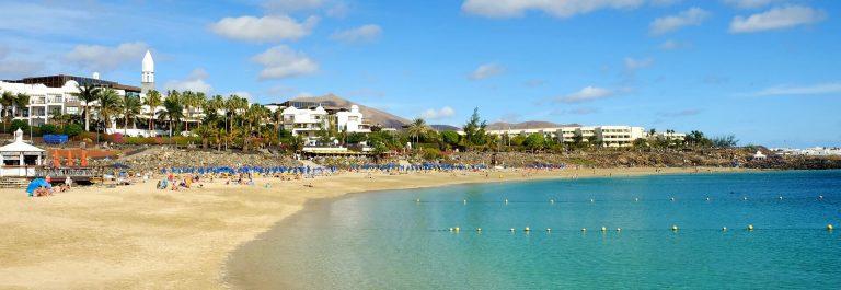 Strand-Playa-Blanca-auf-Lanzarote-iStock-904348088