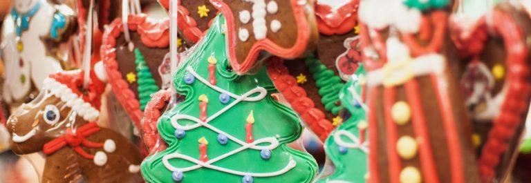weihnachtsmarkt_gebaeck_tanne_dekoration_iStock-1061636358-klein